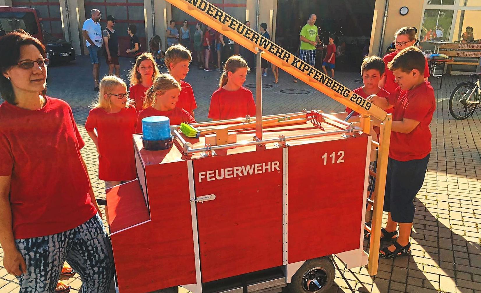 Lange haben die Kinder der Feuerwehr im Geheimen an ihrem Auto gearbeitet – am Sonntag sind sie beim Festumzug mit dabei. Foto: FFW