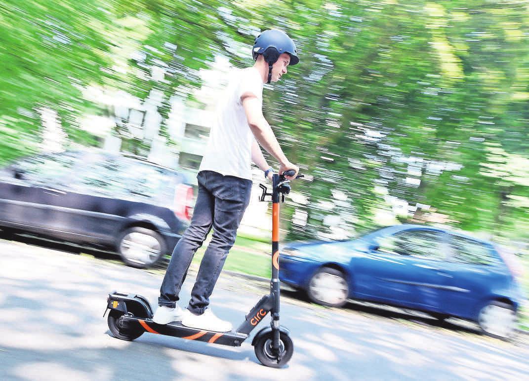 E-Tretroller, E-Scooter genannt, werden wohl bald durch viele Straßen rollen.               FOTOS: ROLAND WEIHRAUCH/DPA; ARAG