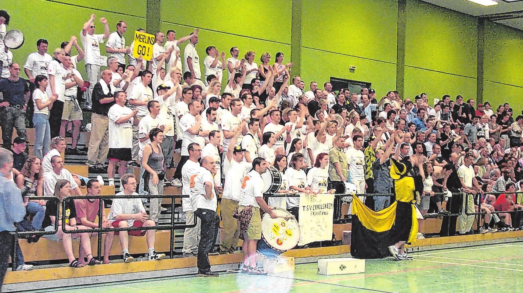 2001 stiegen die Merlins in die zweite Bundesliga Süd auf. Beim entscheidenden Spiel in Kasierslautern waren mehrere Hundert Schlachtenbummler aus Crailsheim dabei. Fotos: Merlins-Archiv