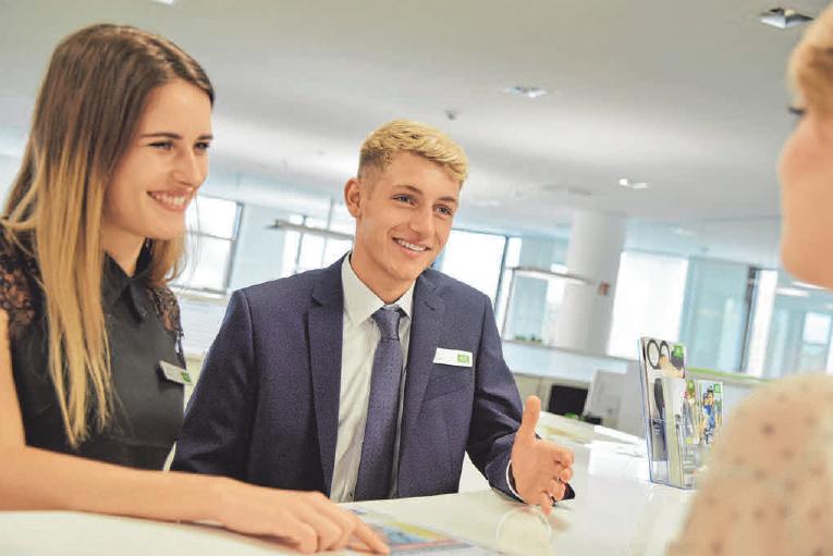 AOK-Auszubildende wie Sophia Licciardelli und Louis Geppert kommen schon früh in den Kontakt mit Kunden. FOTO: RAULS
