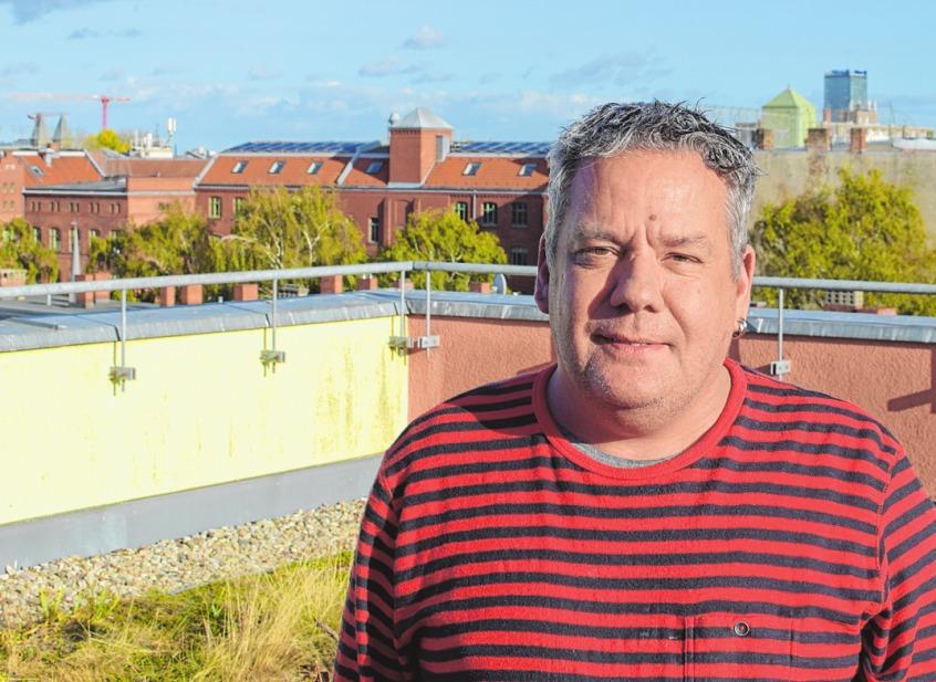 Stephan Kemsies auf der Dachterrasse des Wohnprojekts.ROUVEN KÜHBAUCH