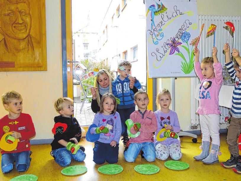 """Die jüngsten Geburtstagsgäste waren die Mädchen und Jungen der AWO.-Kita """"Kinderglück"""". Sie überraschten mit Gesang und Tanz und bekamen viel Beifall"""