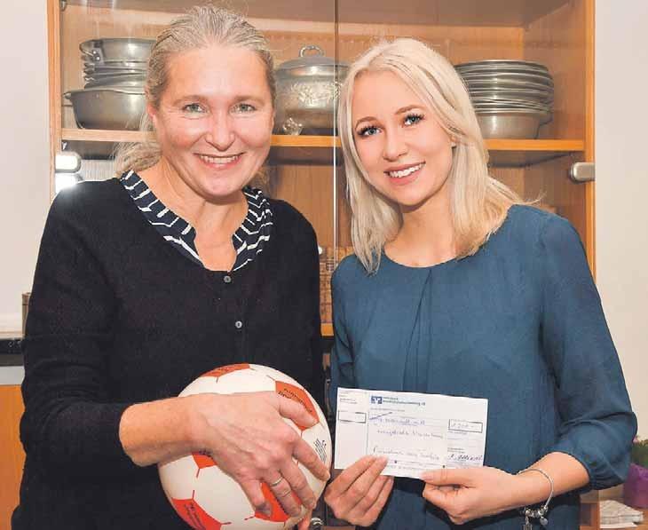 Jennifer Manhardt (re.) übergibt den Scheck an die Leiterin des Waisenhauses. Fotos: Bodenseehotel Sonnenho