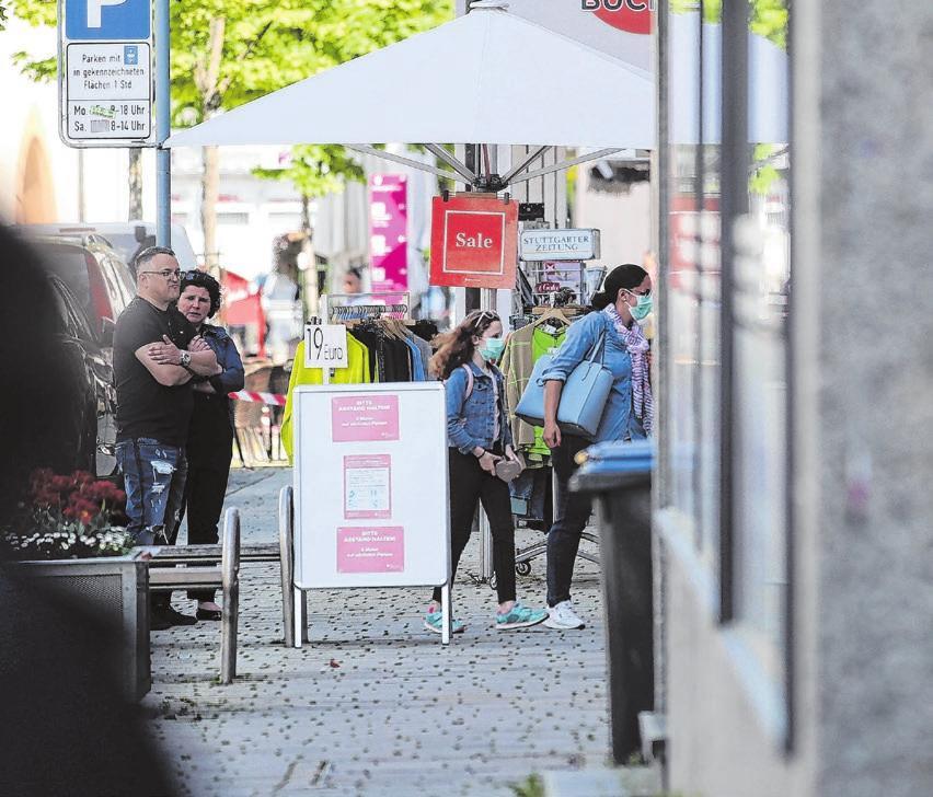 Die Läden öffnen wieder. Beim Einkauf gilt: Abstand halten und eine Alltagsmaske tragen. Foto: Thomas KiehlCaption