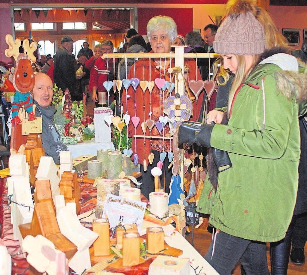 Stände mit hochwertigen Weihnachtsgeschenken gibt es auf dem Pressecker Weihnachtsmarkt zu bewundern.