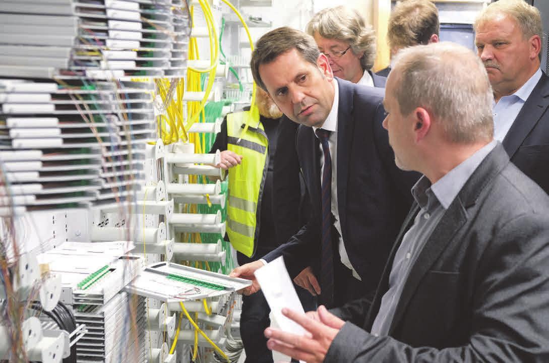 Wirtschaftsminister Olaf Lies informiert sich über den Ausbau des Glasfasernetzes bei den Stadtwerken im August 2017. Foto: Roland Hermstein