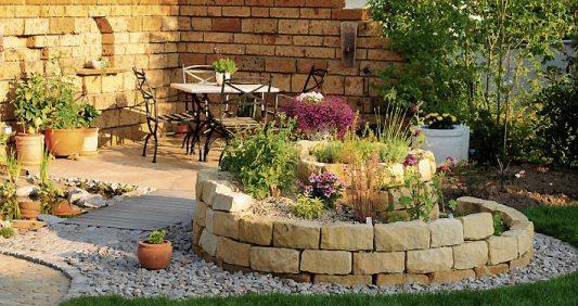 Mit Natursteinen erhält der Gartenein ganz spezielles Gesicht. Bild: ehrenberg-bilder/stock.adobe.com