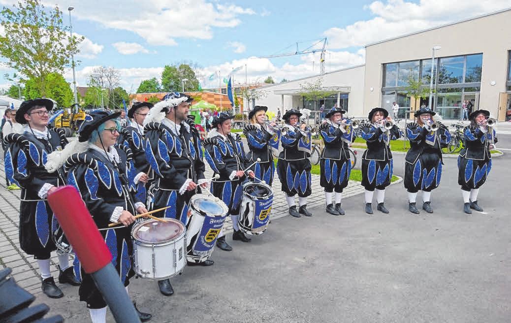 Heimspiel: In Uniform vor der Festhalle in Ummendorf