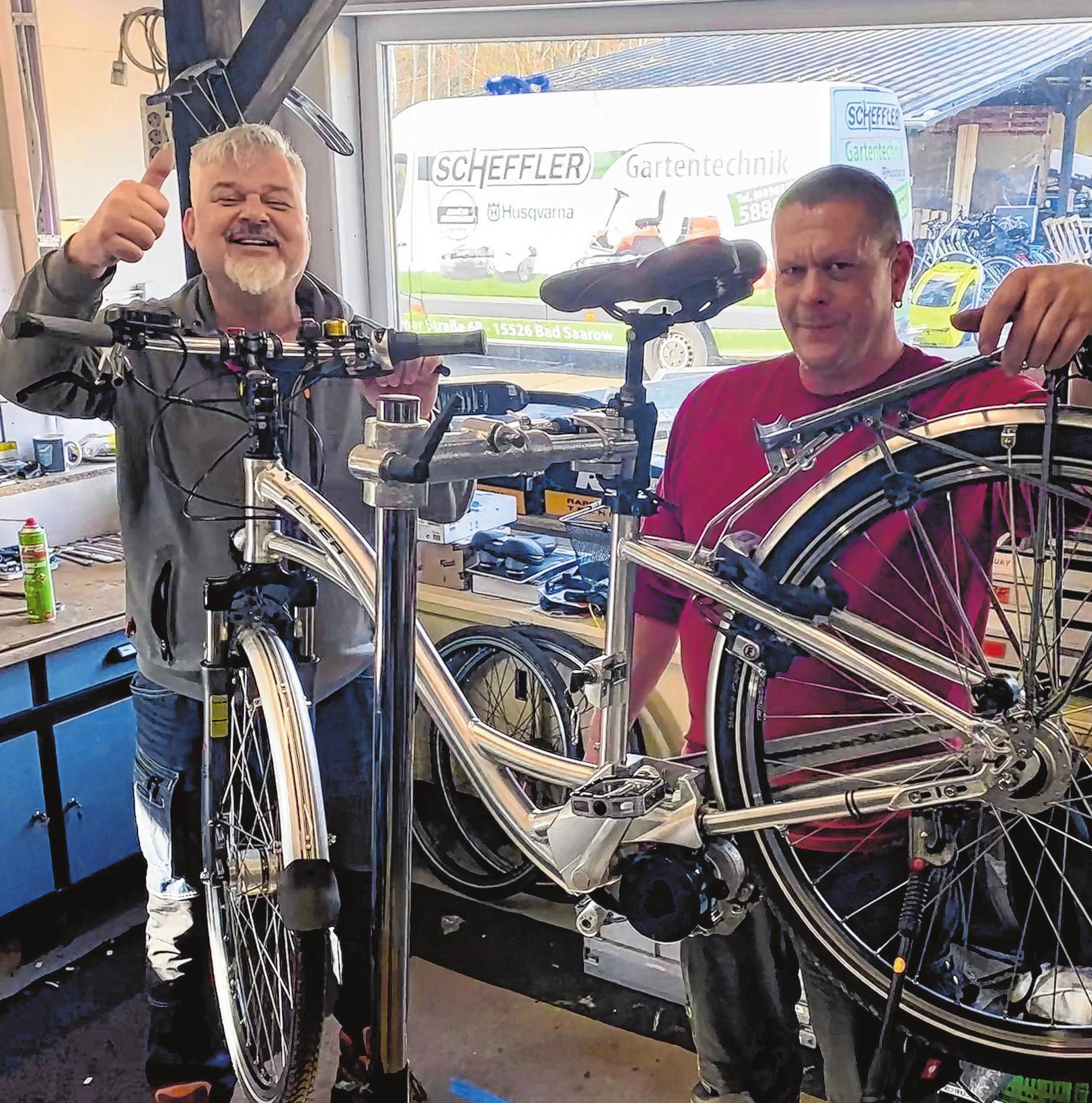 """In Bad Saarow gibt es eine große Auswahl an E-Bikes und anderen Fahrrädern im """"home of bikes"""" von Ernest Scheffler (links). Neben Verkauf und Vermietung wird zudem ein Werkstatt-Service angeboten. Auch Mitarbeiter Jens Hammer freut sich auf die Kunden."""