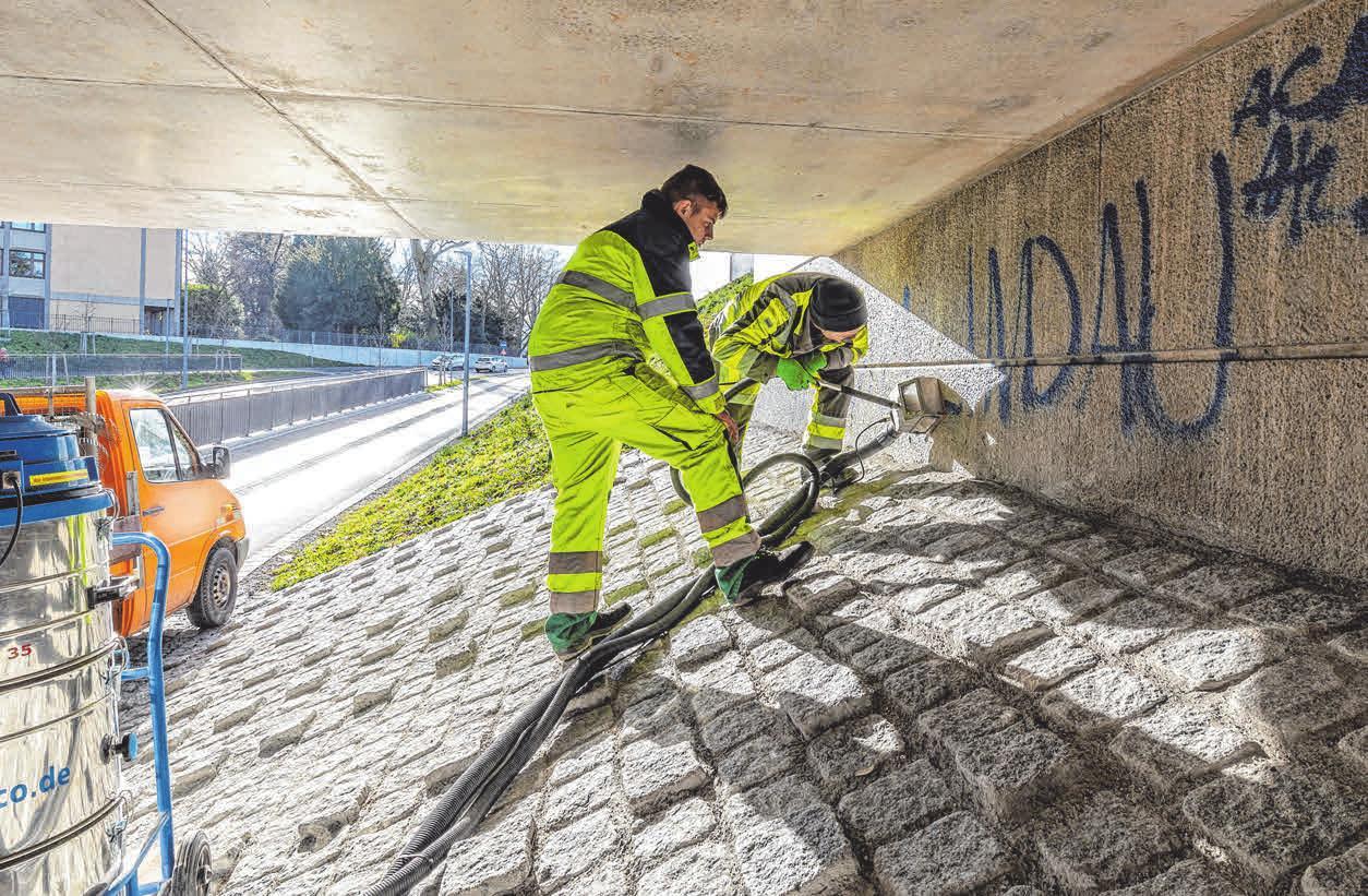 GTL Mitarebiter befreien die Unterfühtung Langenweg von Graffitit. Aufgaben die zur Pflege städtischer Flächen und Anlagen gehören, werden ab sofort über die Abteilung GT-Unterhalt koordiniert. FOTOS (3): C. FLEMMING