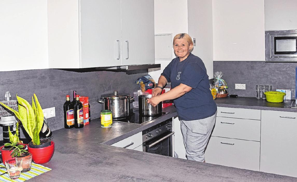 Jenny Mahr ist nicht nur aktives Mitglied der Freiwilligen Feuerwehr. Sie half auch bei den Einsätzen rund um den Bau des neuen Feuerwehrgerätehauses mit und bereitete zudem in der neuen Küche leckere Mahlzeiten für die freiwilligen Helfer zu. FOTO: ULRIKE LANGER