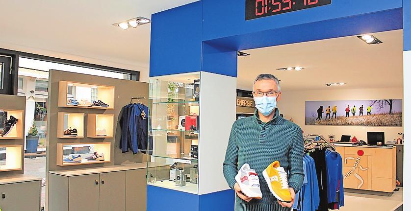 Unter einer Replik des Berlin-Marathon-Zielbogens in den neuen Räumen: Inhaber Fredy Kolb. FOTO: MONIKA KLEIN