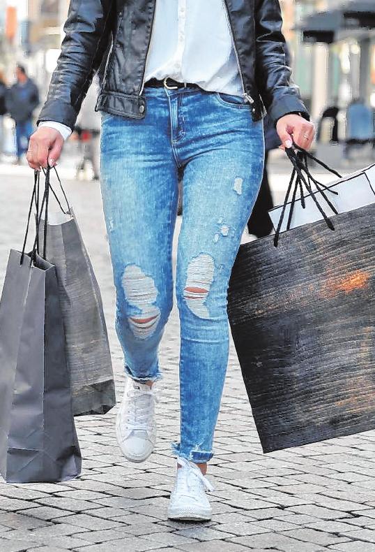 Viele gefüllte Taschen werden nach dem Shoppingtag nach Hause gebracht.BILD: STOCK.ADOBE.COM-REDAKTION93