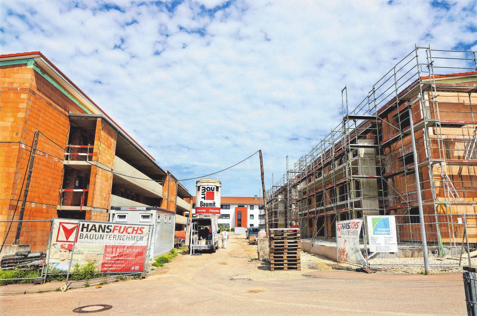 In der Ellwanger Eichendorffstraße erstellt die Baugenossenschaft derzeit Mehrfamilienreihenhäuser mit 34 Mietwohnungen und rund 2600 Quadratmetern Wohnfläche nach neuesten energetischen Vorgaben. FOTO: HAFI