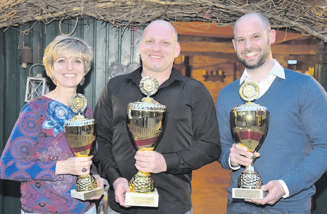 """Maik Edling (Mitte) wurde von den Leserinnen und Lesern des Celler Kurier zum """"Trainer des Jahres 2017"""" gewählt."""
