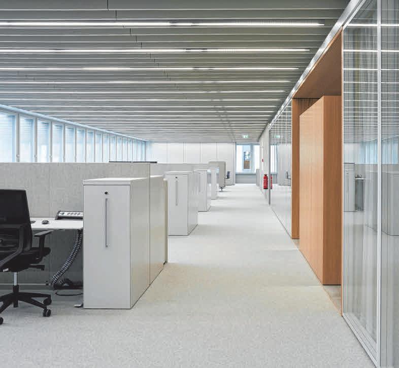 Große Fenster lassen viel Tageslicht in das Gebäude, in dem auf zirka 9.500 Quadratmetern über 330 Arbeitsplätze untergebracht sind.