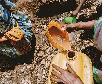 Mühsal. Wasser muss oft von weither geholt werden. Selten ist es sauber.