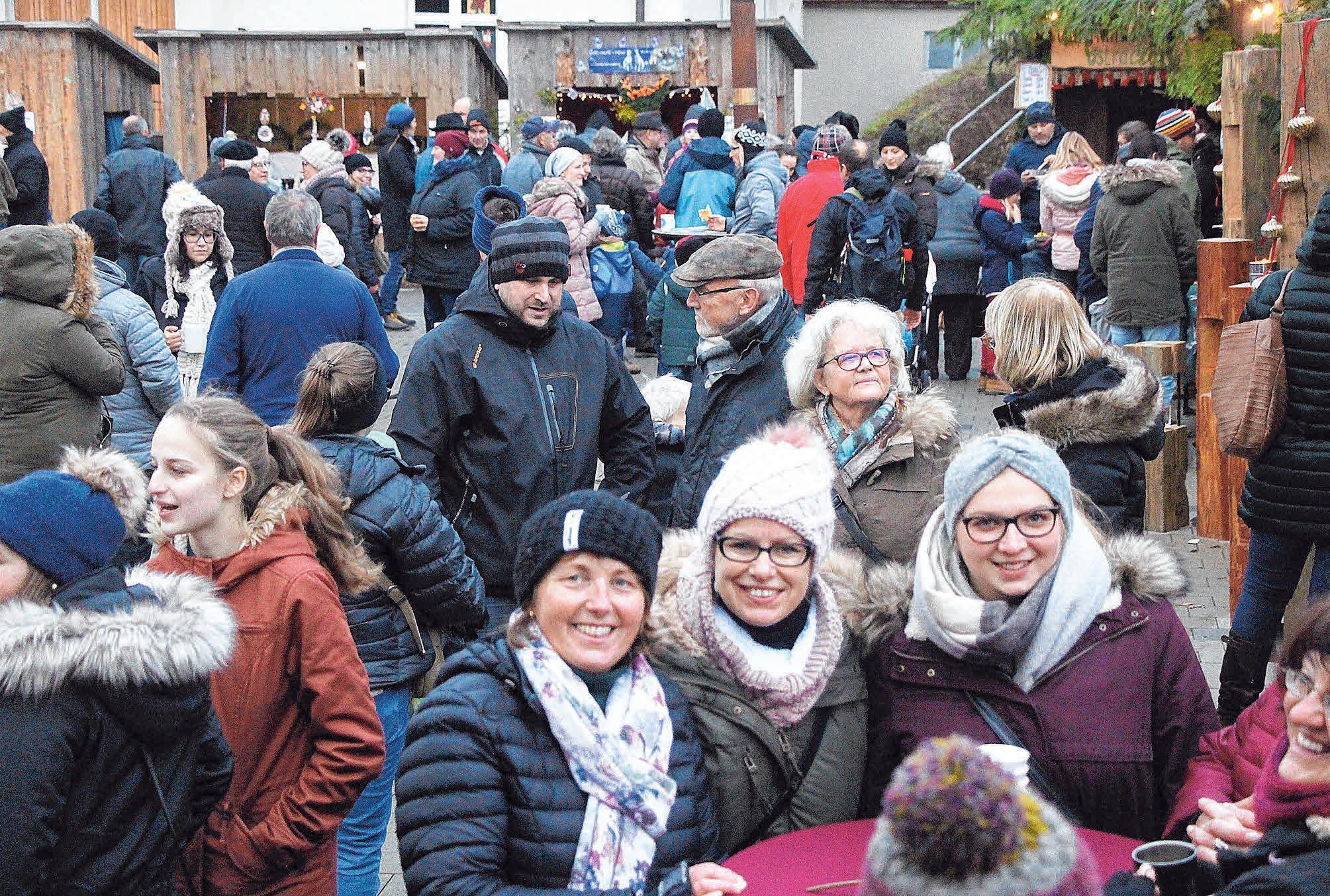 """""""Volle Hütte"""" und strahlende Gesichter beim """"Ostracher Advent"""" FOTOS: NICOLE FRICK"""
