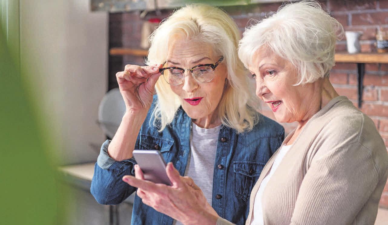 Praktischer Begleiter: Mit dem Smartphone können Senioren unterwegs verschiedene Dinge erledigen. Foto: Yakobchuk Olena/ stock.adobe.com/ emporia/akz-o