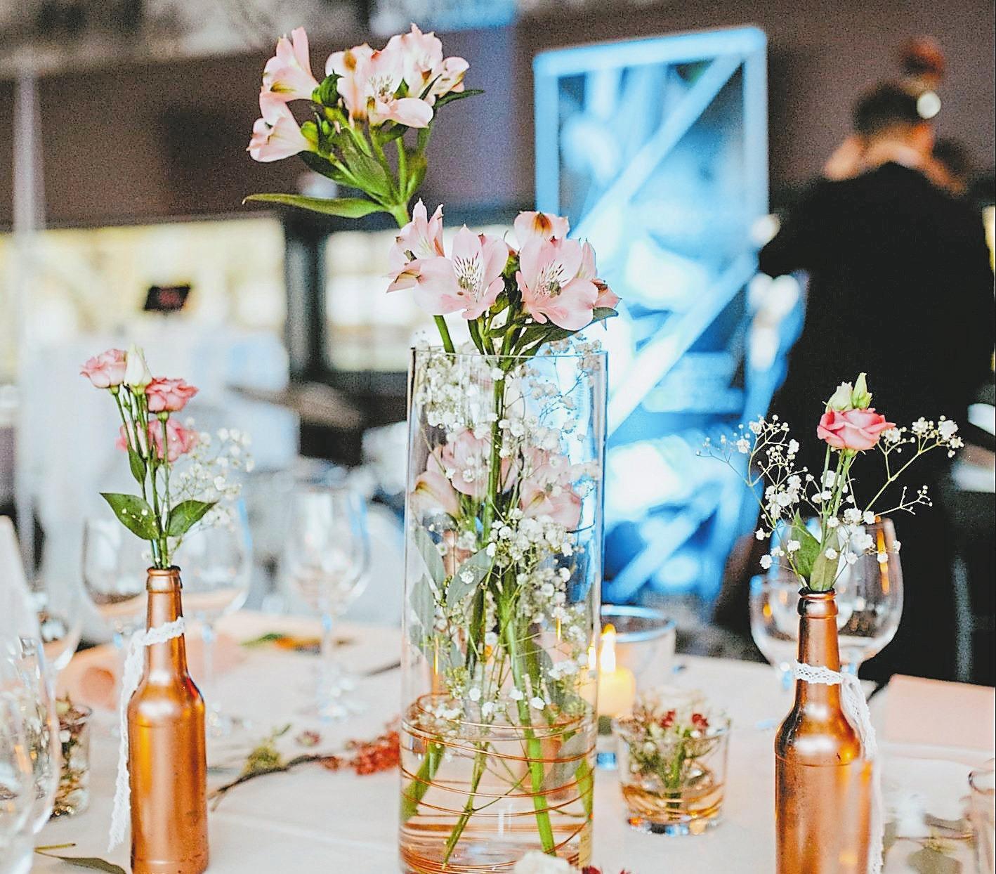 Zum Valentinstag blüht auch die Tischdeko im A2 am See. Jeder Dame wird zudem eine Rose gereicht.