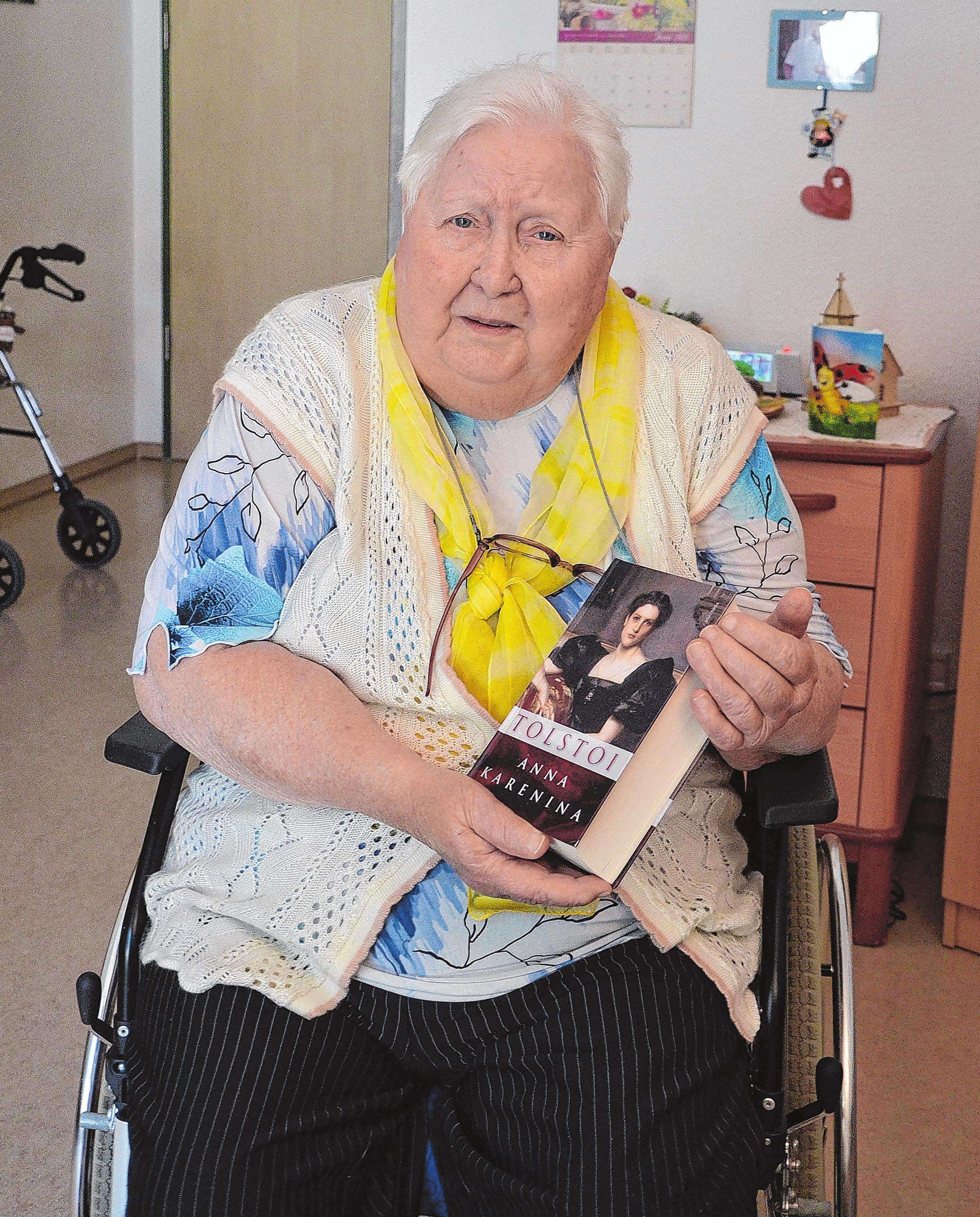 Liebt ihre Bücher: Renate Radcke. Sie lebt in der stationären Pflege in Beeskow. Foto: Reinhard Witteck