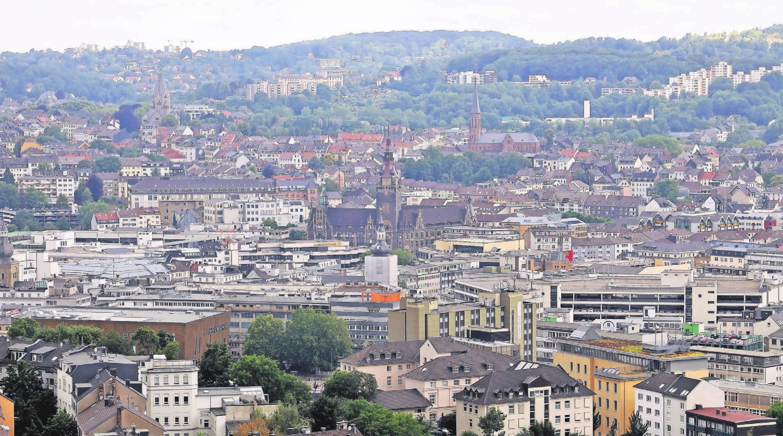 Die Stadt im Tal – schön, weil von Grün umgeben, aber schwierig, wenn es darum geht, neues Bauland zu erschließen. Welche Möglichkeiten und Perspektiven sich für Wuppertal ergeben, war Thema des WZ-Forums Immobilien. Archivfoto: Alois Müller