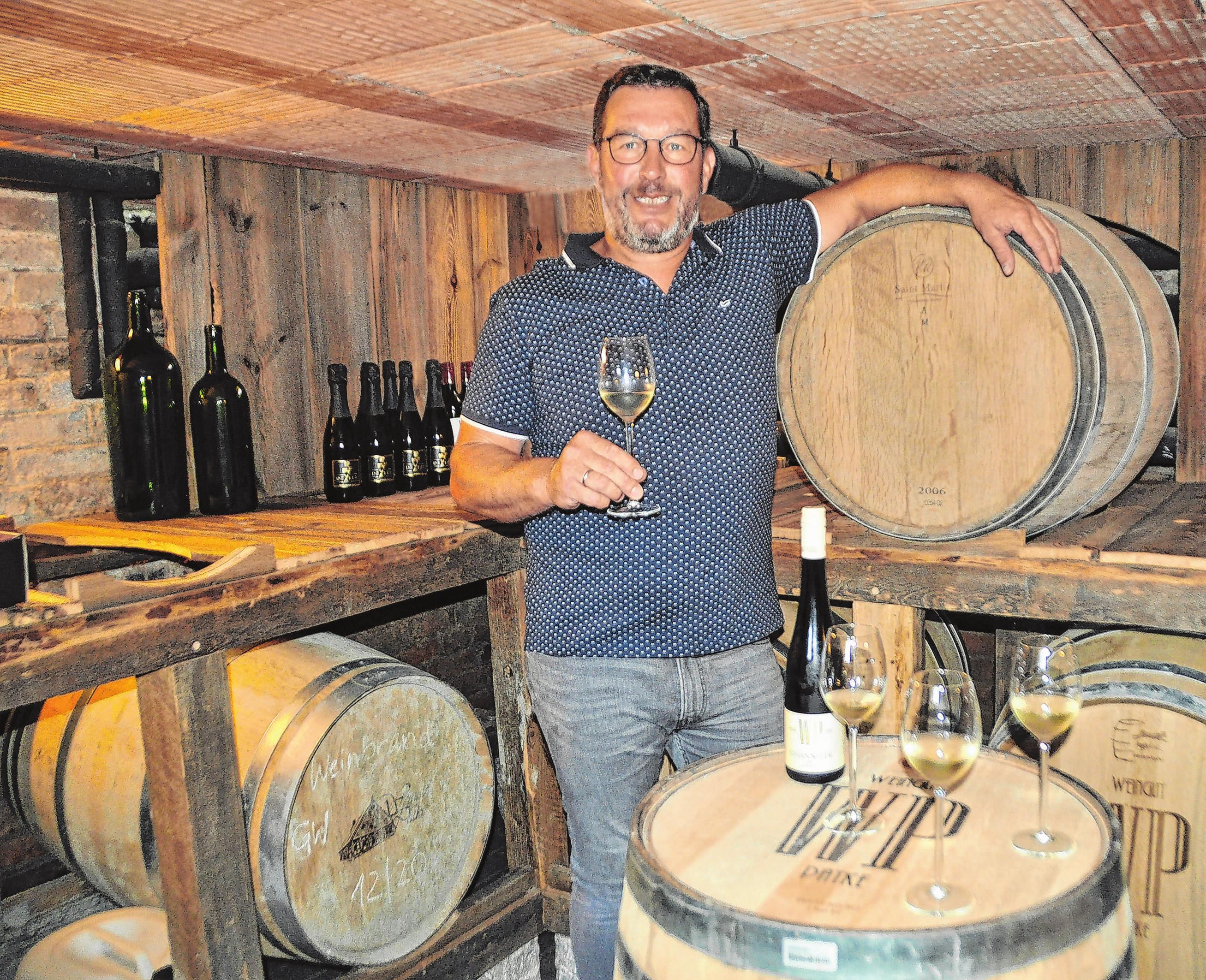 Steffen Lehmann gehört zu den drei Hobbywinzern, die das Weingut Patke in Pillgram bewirtschaften. Am 11./12.9. wird dort das Weinfest gefeiert. Fotos: Sabine Uy