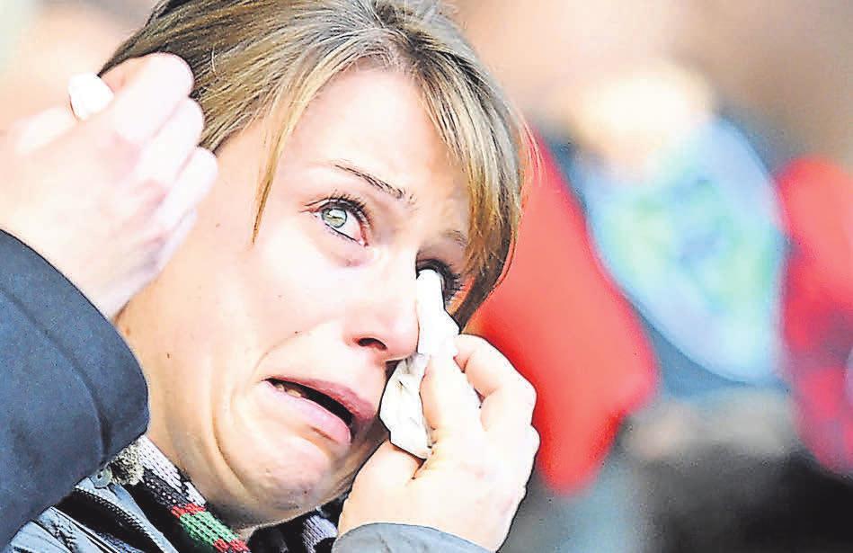 TRAURIG: Rund 35 000 Besucher kamen zur Abschiedsfeier in Hannovers Fußballarena, es flossen viele Tränen. zur Nieden (2)