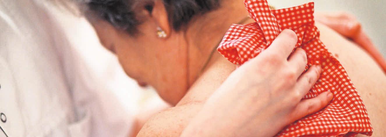 Pflege des Körpers und oft auch der Seele. FOTO: AOK/LIESA JOHANNSSEN