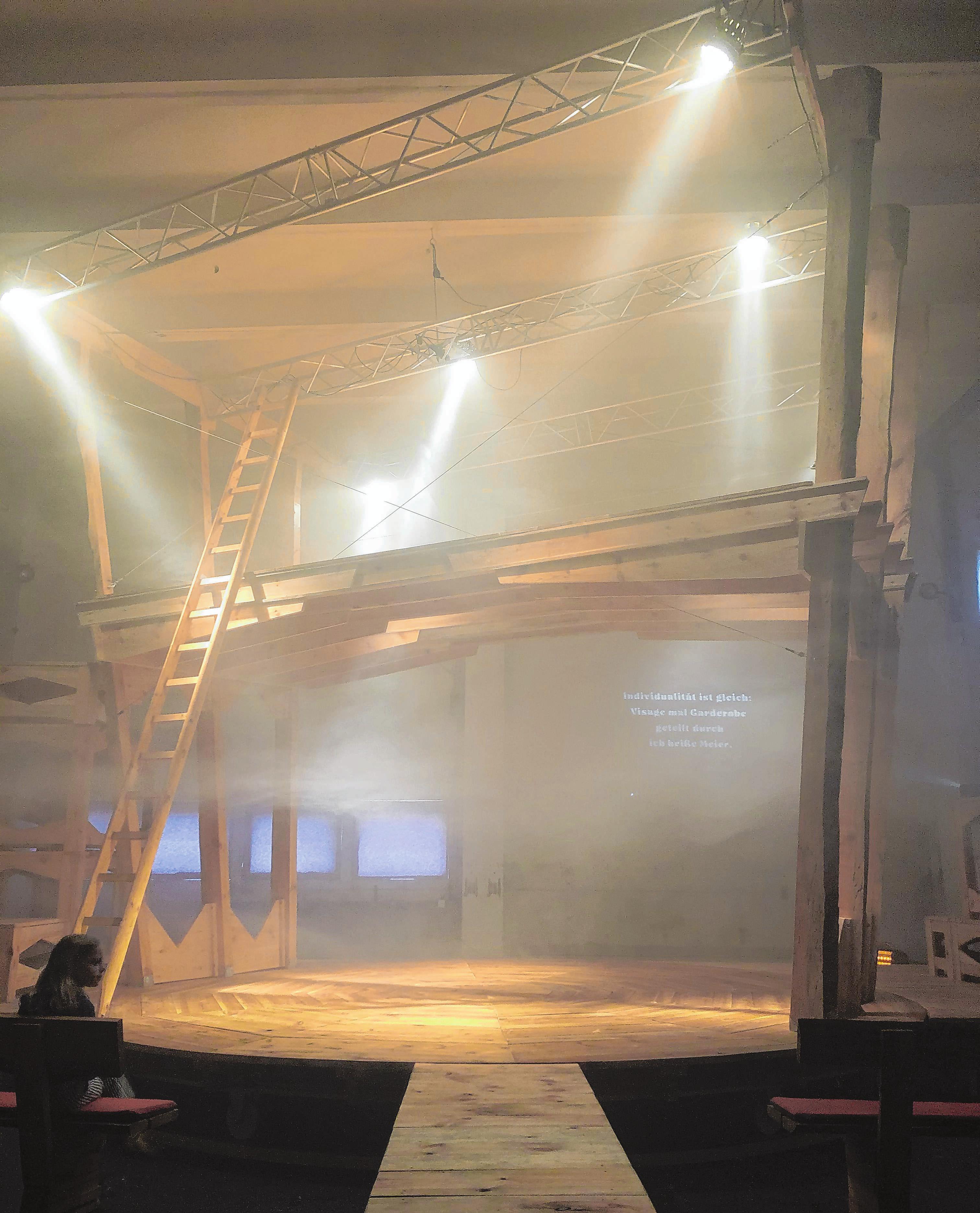 """Das Holz für die Bühneninstallation stammt aus dem Nachbarwald. Und wie diese in Raum und Geschichte greift, kann man ab dem 12. Juli bei der Inszenierung der """"Räuberinnen"""", dem weiblichen Gegenentwurf zu Friedrich Schiller, erleben. Foto: Jana Posna"""