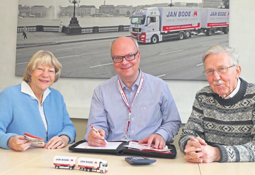 Umzugsberater Patrick Pulfer (Mitte) mit Helga und Rolf Bahruth. Das Ehepaar ist mit der Spedition Jan Bode umgezogen
