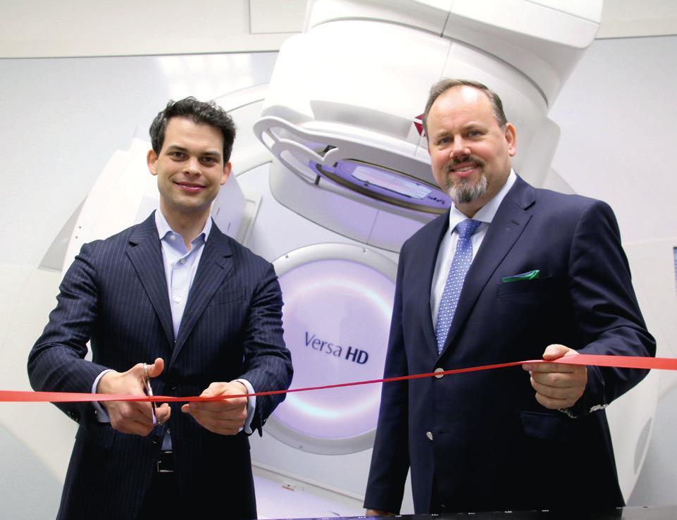 Der Bundestagsabgeordnete Dr. Christoph Ploß (l.) und Dr. Fehlauer bei der Einweihung des neuen Linearbeschleunigers ELEKTA VERSA HD