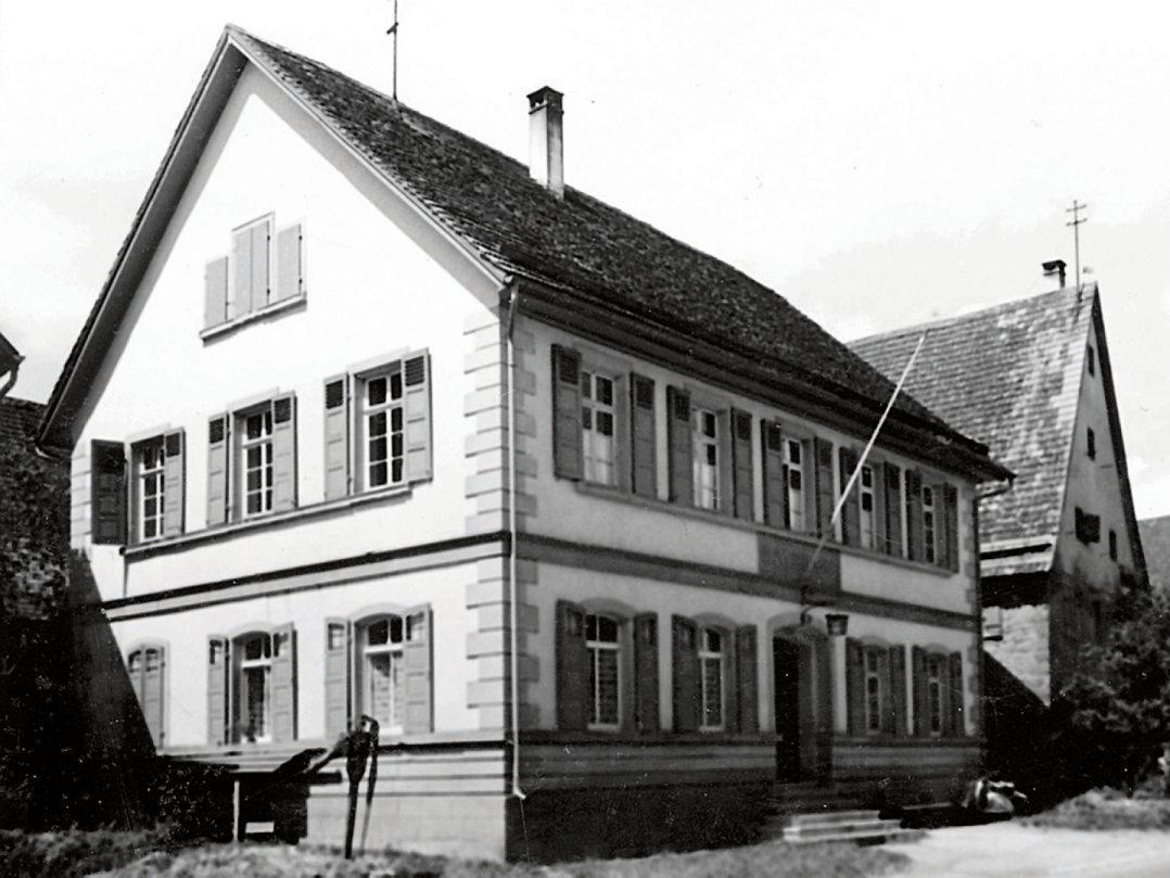 Das Bild rechts zeigt das Bildechinger Rathaus im Jahr 1950. Das Bild rechts oben mit den Traktoren ist auf 1956 datiert. Der Bilderblock unten zeigt alte Ortsansichten. Bilder: Ortsverwaltung Bildechingen