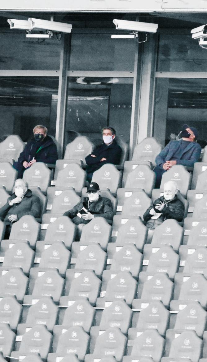 Sechs Menschen, drei Geschäftsführer, viel Leere: Tim Schumacher, Michael Meeske und Jörg Schmadtke (oben von links) auf der Tribüne der Volkswagen-Arena.