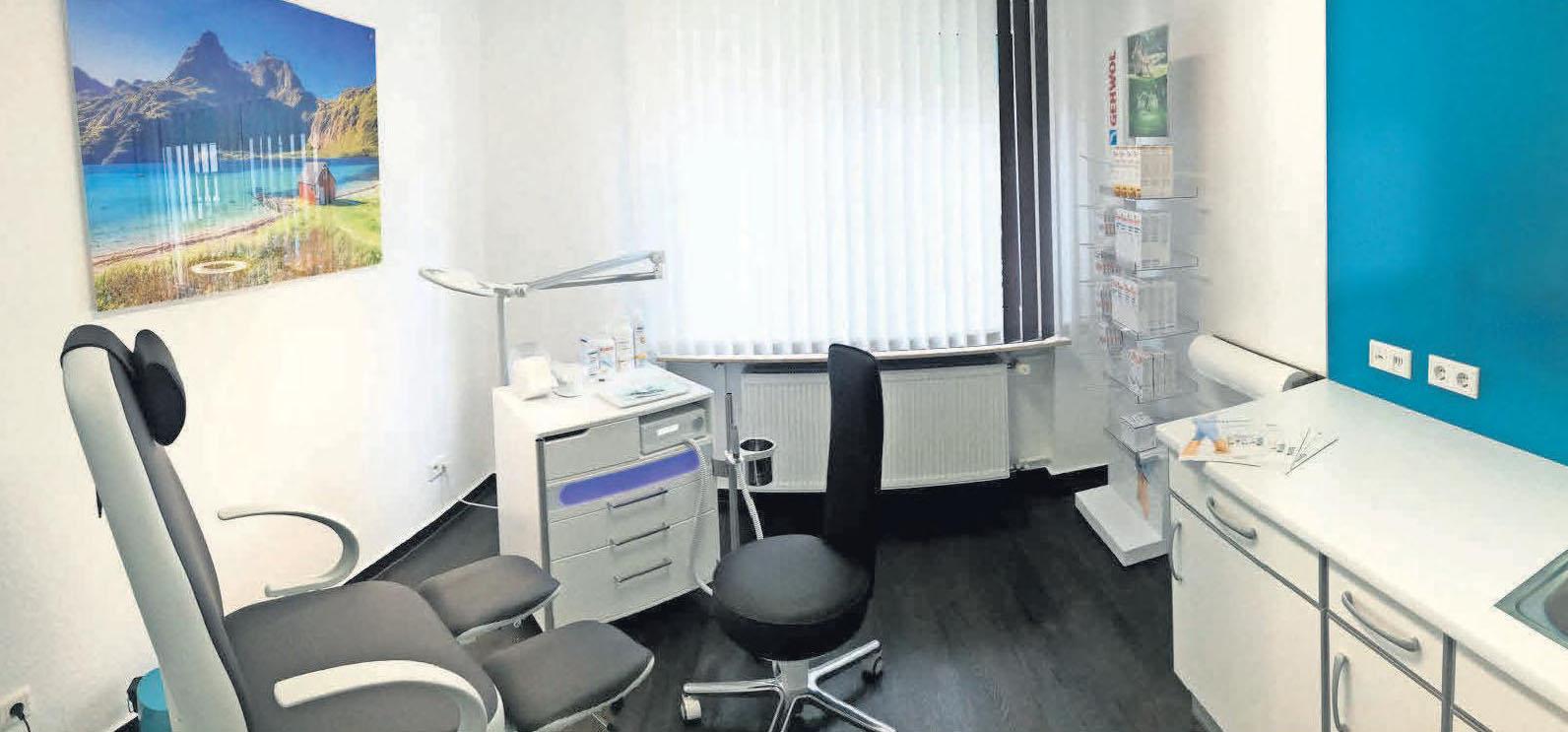 Mit farbenfrohen Bildern und hochmodernem Equipment sind die Behandlungszimmer sehr einladend.