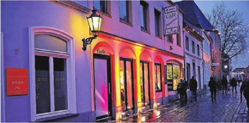 """Die Einzelhändler und Geschäftsleute in Hüls """"schmücken"""" ihre Fassaden und Fenster mit zauberhaften Illuminationen."""