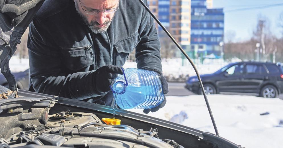 Nur mit dem Einfüllen von Frostschutzmitteln ist es bei den Wintervorbereitungen längst nicht getan. Fotos: S. Jackal/G. Zyura/ stock.adobe.com