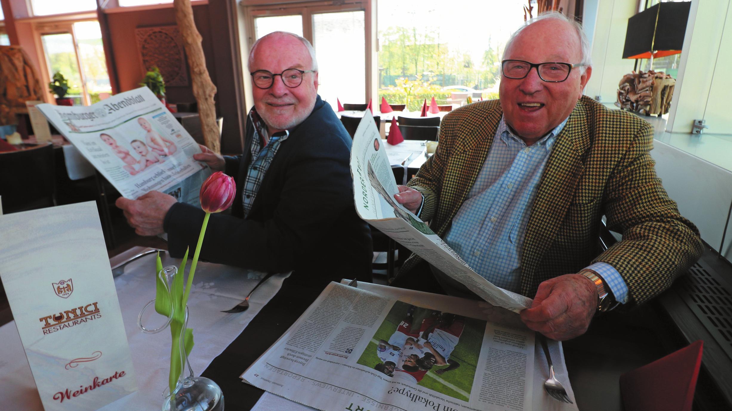 Ob über den Hamburger SV, Eintracht Norderstedt, Weltpolitik oder die Geschichten aus der Umgebung: Uwe Seeler und Eddy Münch sind treue Abendblatt-Leser. FOTO: CHRISTOPHER HERBST