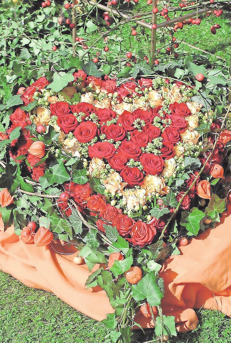Geschmackvoll: Ein mit Blumen geschmücktes Grab Foto: Kerstin Gernig