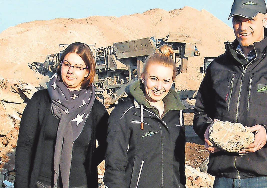 Annika Kubon (l.), Jenny Schäckermann und Gunnar Müller präsentieren das umgestaltete Firmengelände. FOTO: BG Bernd Gerwanski
