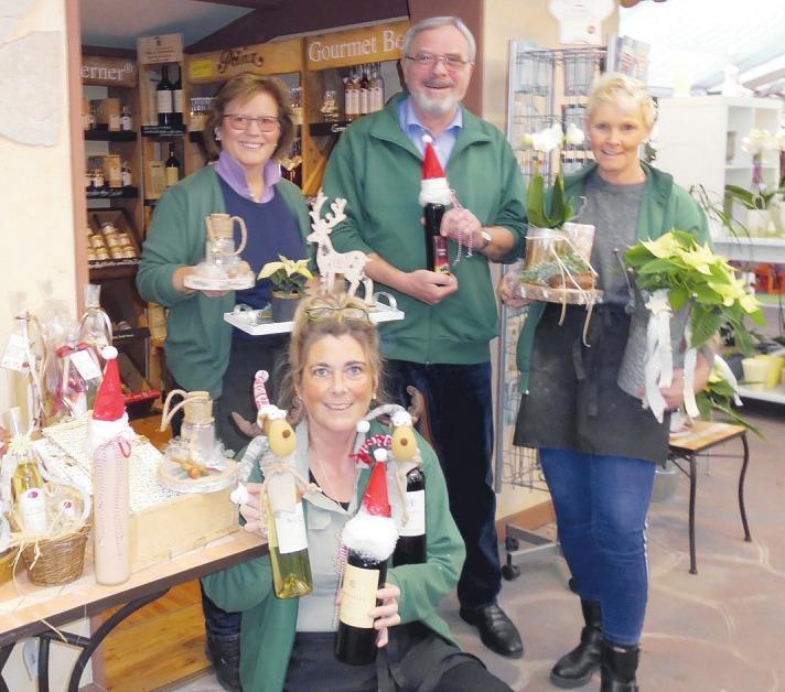 Werner Pein und sein Team vom Blumenhof Pein in Halstenbek haben viele schöne Weihnachtsgeschenke im Angebot Foto: Skibbe