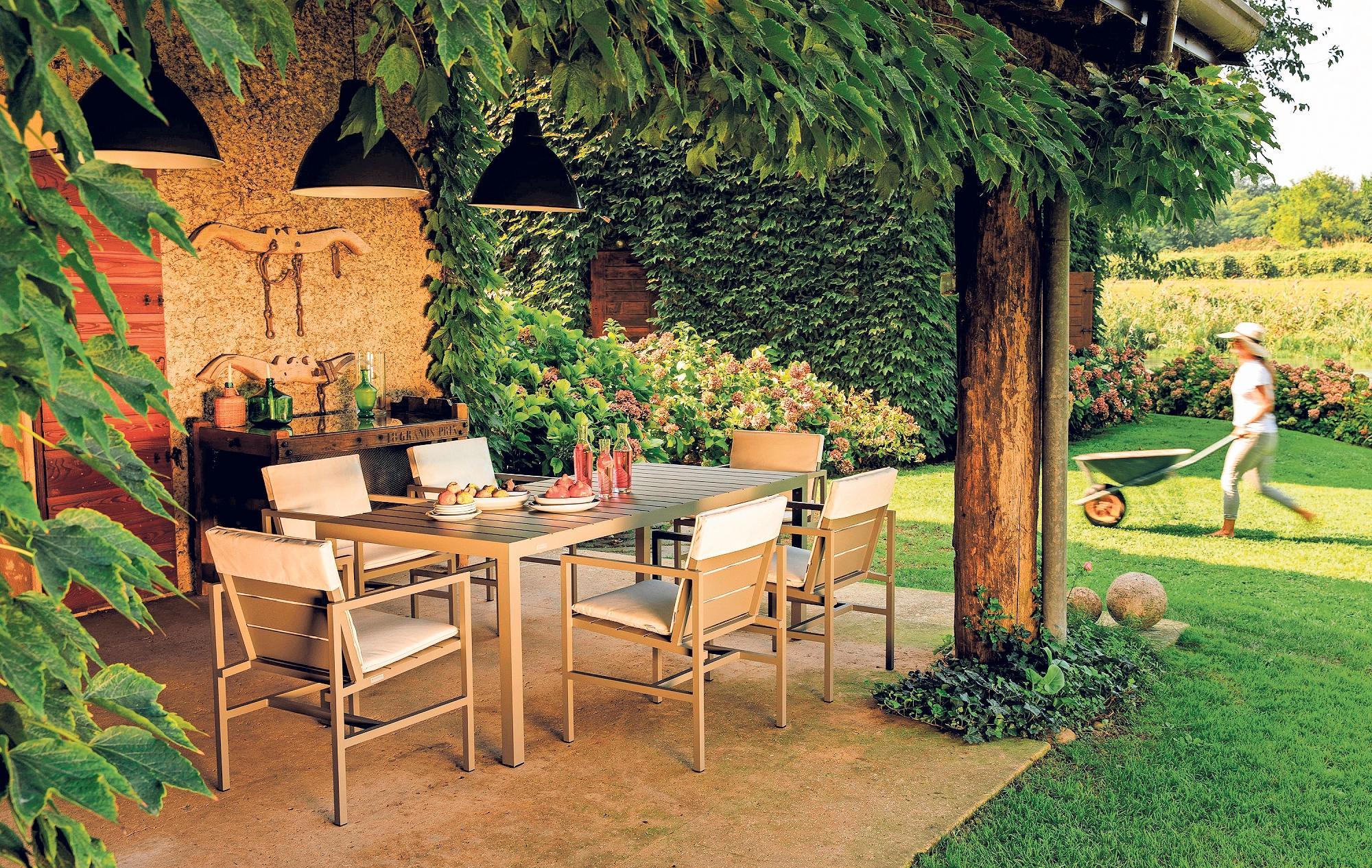 Das Esszimmer für den Sommer im Freien: Terrassen sollten so möbliert werden, wie man auch die gemütlichen Räume im Haus einrichtet – mit gemütlichen Sitzgruppen, kleinen Regalen, Leuchten und Accessoires. Foto: Weishäupl/dpa-tmn
