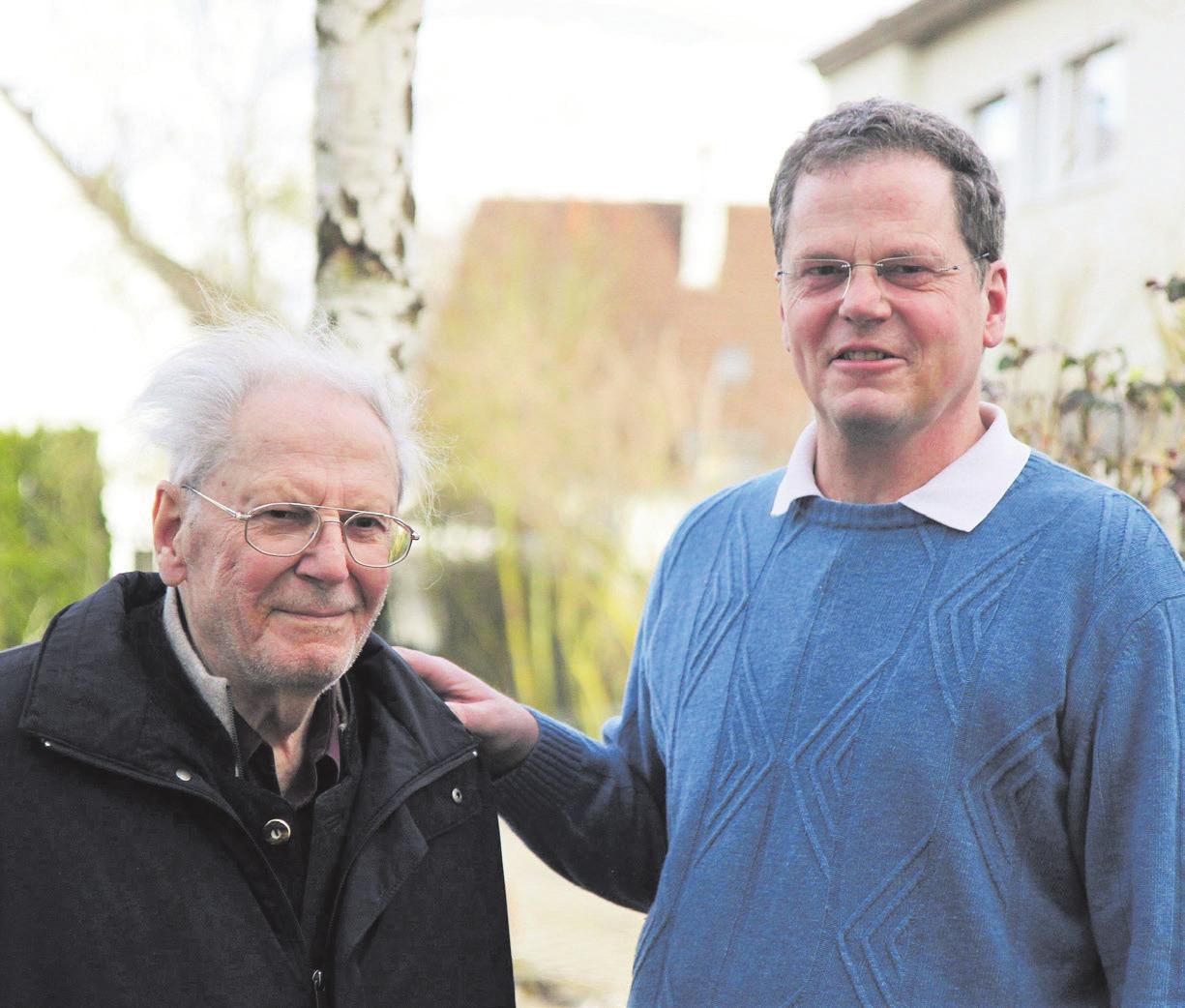 Vater und Sohn: Dr. Albert Trittler (links) hat die Adler-Apotheke einst aufgebaut. Er feiert am heutigen Tag seinen 94. Geburtstag. Apotheker Ulrich Trittler führt die Apotheke auch in seinem Sinne seit vielen Jahren. Fotos: Natascha Schröm