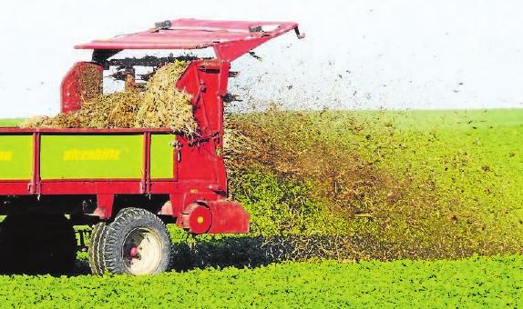 Die Winterruhe ist vorbei, die Bauern düngen jetzt die Felder.