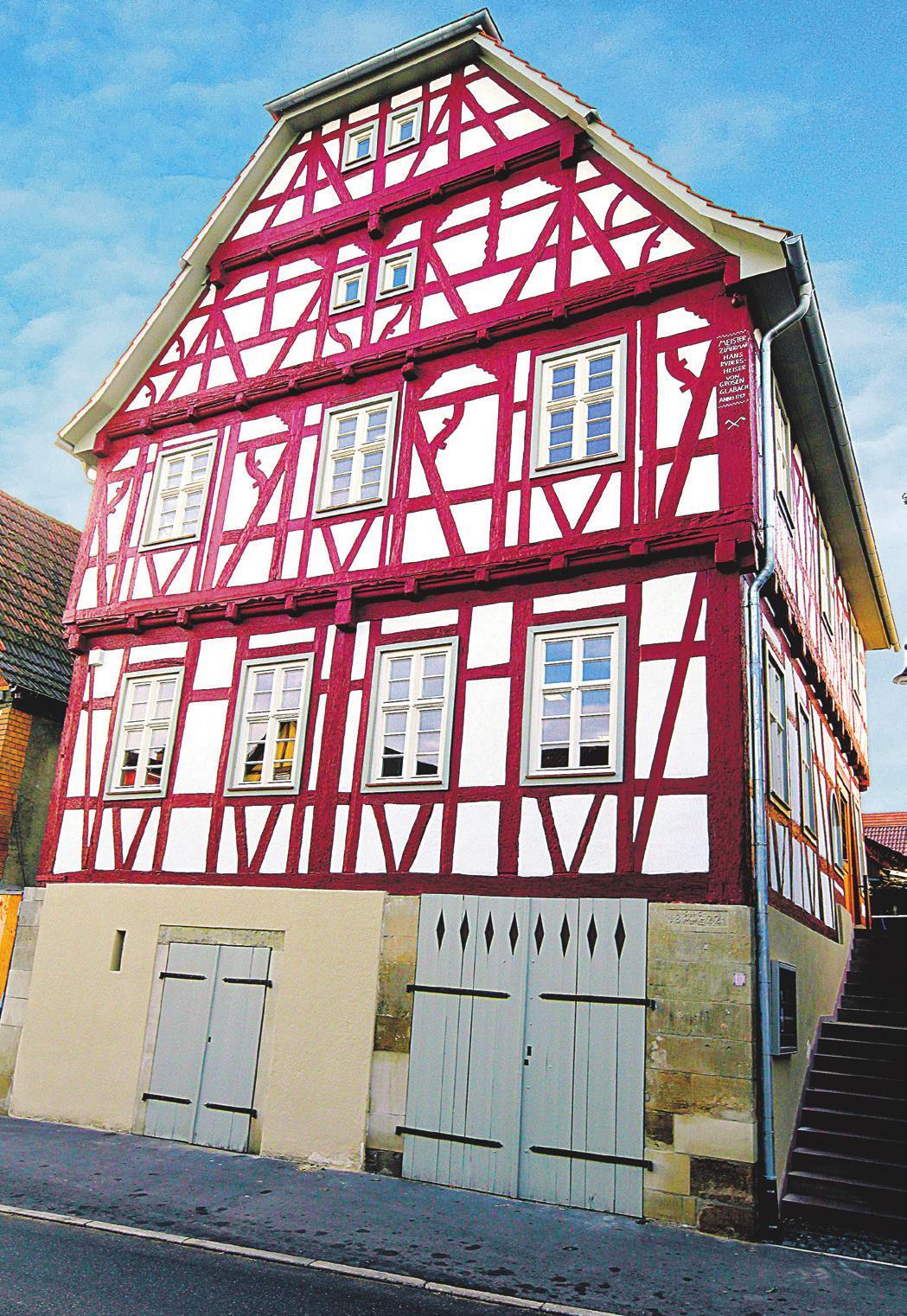 Dank zeitgemäßer Handwerkskunst erstrahlt das 300 Jahre alte Lienzinger Rathausgebäude heute in neuem Glanz. Fotos: Kollros