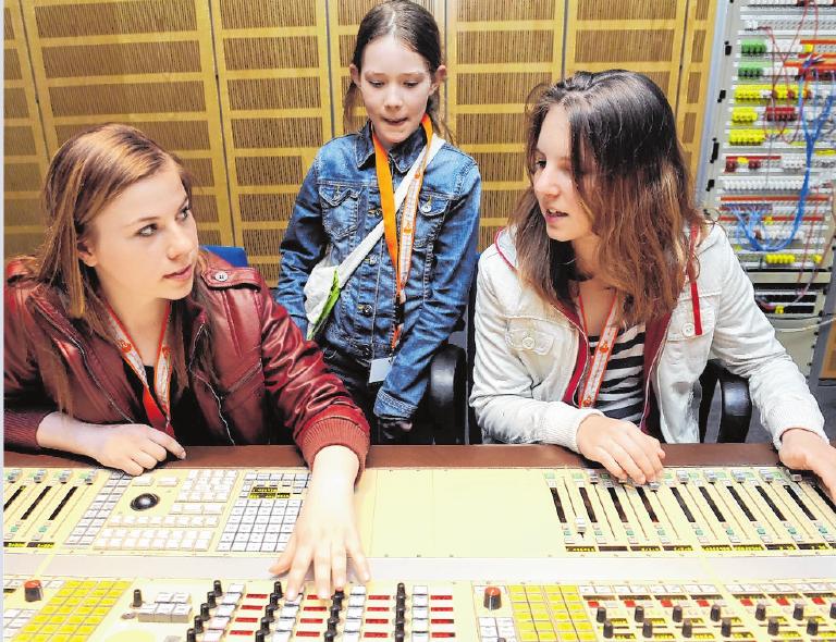 Tontechniker als Traumberuf? Welche Ausbildung zu ihnen passt, finden Schüler (wie hier beim Besuch eines Tonstudios) am ehesten in der Praxis heraus. FOTO: BRITTA PEDERSEN