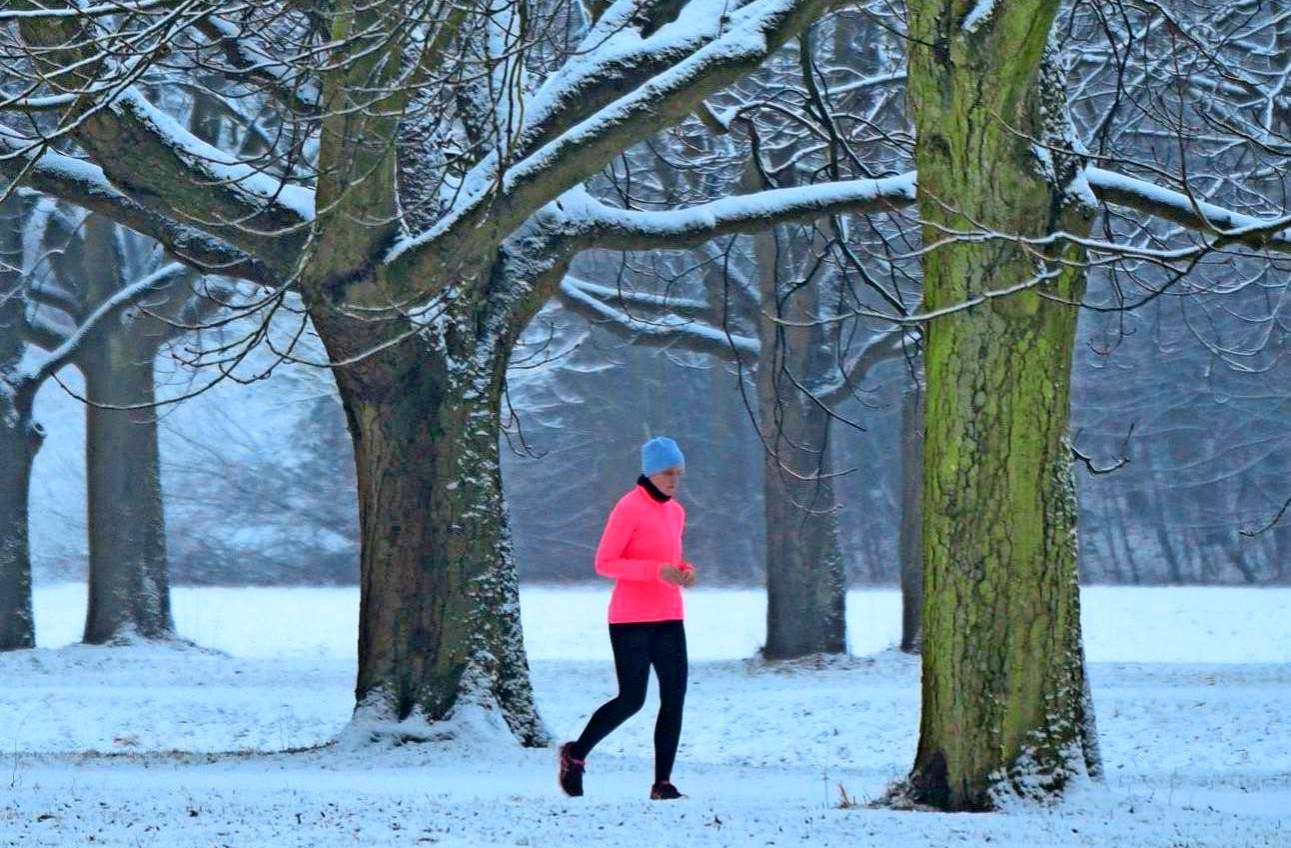 Alles eine Frage der Ausrüstung: Auch bei Minustemperaturen, Schnee und Eis ist Sport im Freien möglich. Foto: Henning Kaiser/dpa/dpa-tmn