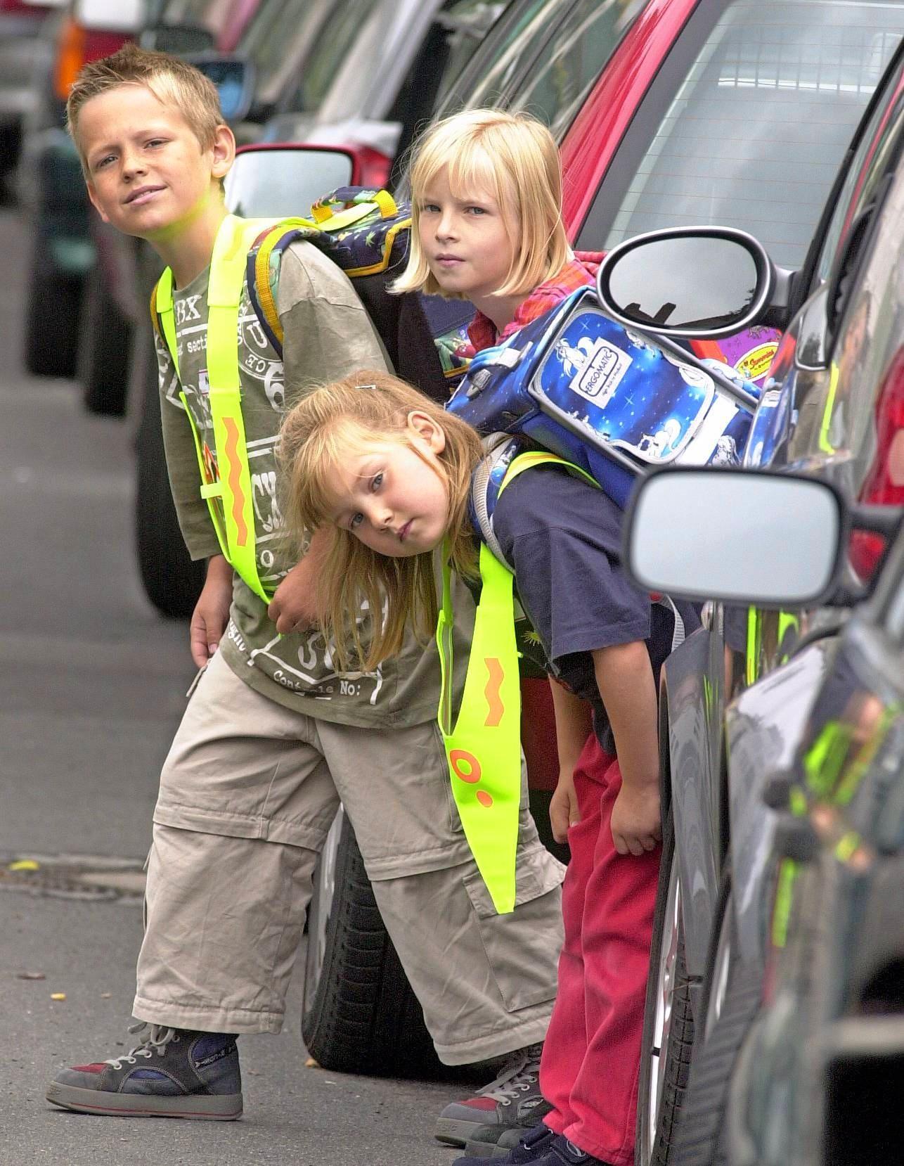 Für Erstklässler beginnt die aktive und regelmäßige Teilnahme am Straßenverkehr. Schulanfänger sind aufgrund ihres Entwicklungsstandes schnell überfordert und leicht abzulenken. Autofahrer sollten daher Vorsicht walten lassen. Foto: dpa