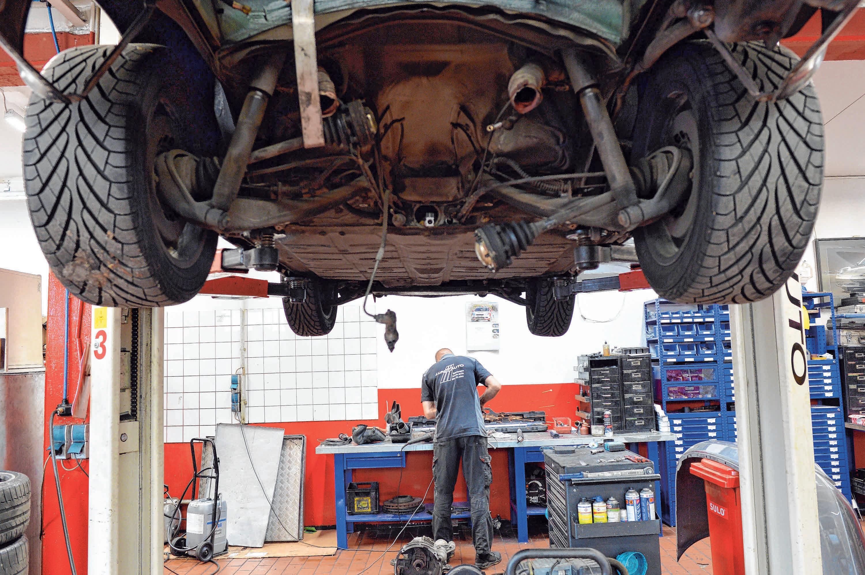 Auch Fahrzeugreparaturen sind bis zum Ende des Jahres wegen der Coronakrise kostengünstiger. Foto: Archiv/Gambarini/dpa