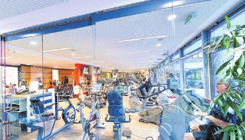 Der weitläufige gleichermaßen einladend heimelige Fitnessbereich besticht durch modernste Geräte.